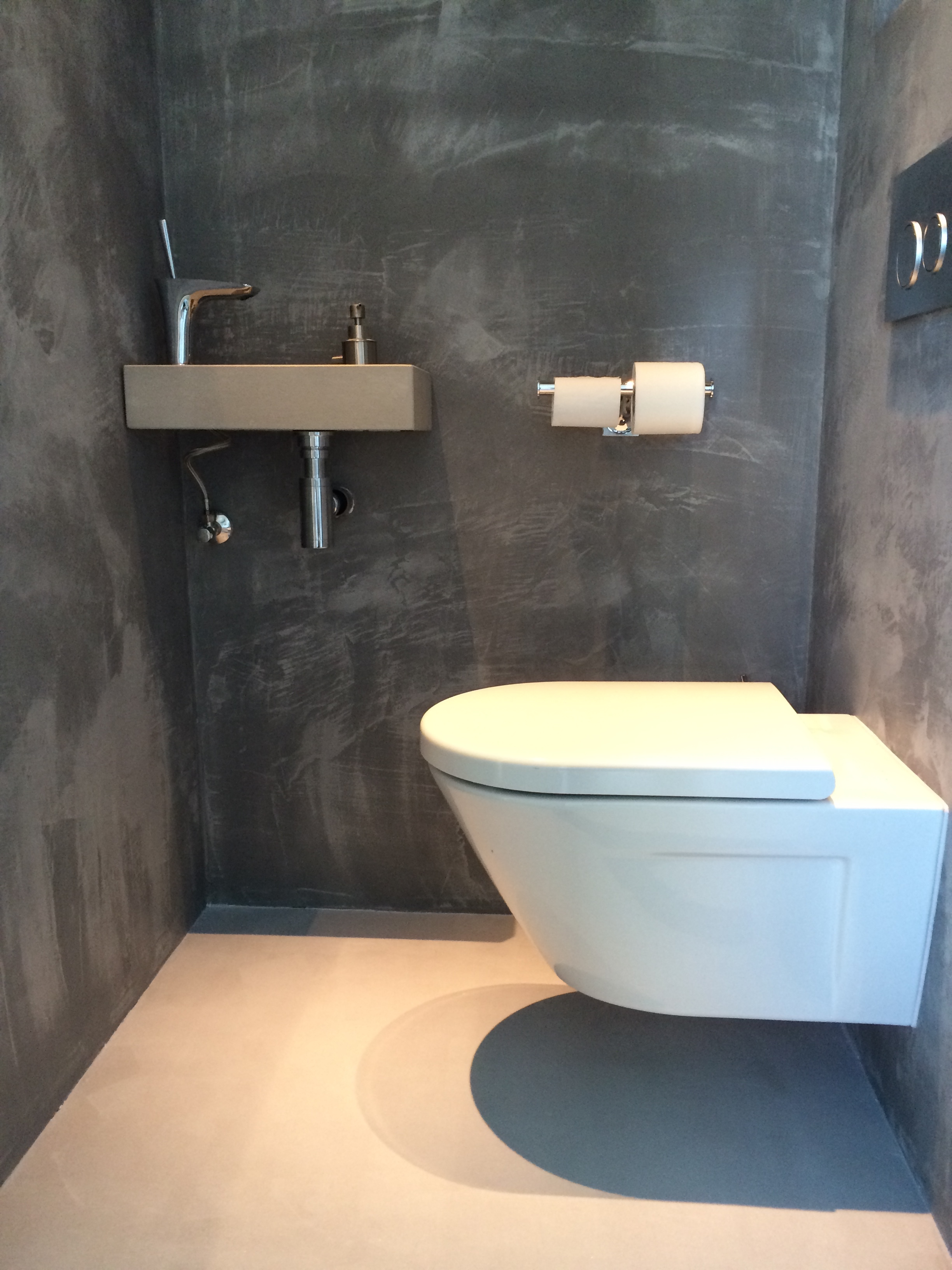 Toilettes carrelage mural and conception de toilette on - Beton cire anthracite ...