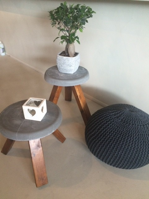 krukje beton met houten eiken poten beton cir centrum. Black Bedroom Furniture Sets. Home Design Ideas